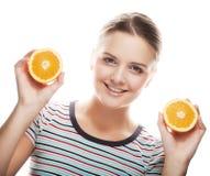 Junge glückliche blonde Frau mit Orange Stockfoto