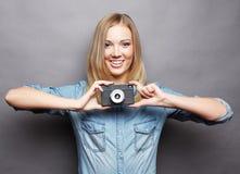 Junge glückliche blonde Frau mit Weinlesekamera Stockbilder