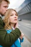 Junge glückliche blonde Paare, die auf Stadtstraße küssen und umarmen Lizenzfreie Stockfotografie