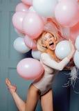 Junge glückliche blonde wirkliche Frau mit baloons nah oben lächelnd Lizenzfreie Stockbilder