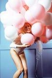 Junge glückliche blonde wirkliche Frau mit baloons nah oben lächelnd, Lebensstilleutekonzept Stockfotografie