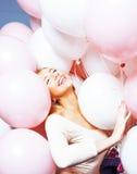 Junge glückliche blonde wirkliche Frau mit baloons nah oben lächelnd, Lebensstilleutekonzept Stockbilder
