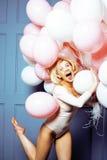 Junge glückliche blonde wirkliche Frau mit baloons nah oben lächelnd, Lebensstilleutekonzept Lizenzfreie Stockbilder