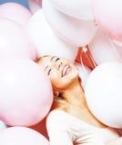 Junge glückliche blonde wirkliche Frau mit baloons nah oben lächelnd, Lebensstilleutekonzept Stockbild