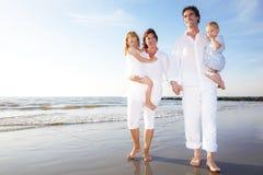 Junge glückliche Familie Lizenzfreie Stockfotografie
