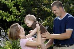 Junge glückliche Familie Stockfotos