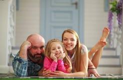 Junge glückliche Familie, die Spaß im Hof des Sommerhauses hat lizenzfreies stockfoto
