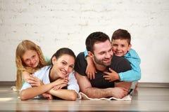 Junge glückliche Familieneltern und zwei Kinder steuern Studio automatisch an lizenzfreies stockfoto