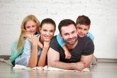 Junge glückliche Familieneltern und zwei Kinder steuern Studio automatisch an lizenzfreies stockbild