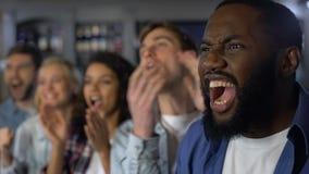 Junge glückliche Fans, die Ziel, wurzelnden Teamsieg, Meisterschaftserfolg feiern stock footage