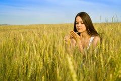 Junge glückliche Frau auf dem Gebiet stockfotografie