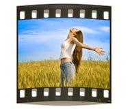 Junge glückliche Frau auf dem Gebiet lizenzfreie abbildung