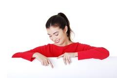 Junge glückliche Frau des Porträts mit leerem Vorstand Stockbilder