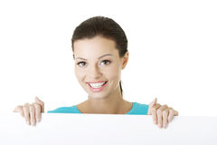 Junge glückliche Frau des Porträts mit leerem Vorstand Lizenzfreies Stockfoto