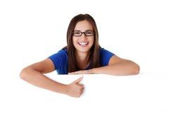 Junge glückliche Frau des Portraits mit unbelegtem Vorstand Lizenzfreie Stockbilder