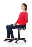 Junge glückliche Frau, die auf einem Rollstuhl sitzt stockbilder
