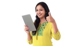 Junge glückliche Frau, die einen Tablet-Computer verwendet stockbild