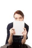 Junge glückliche Frau, die ihr Gesicht hinter Notizbuch hinding ist Lizenzfreie Stockbilder
