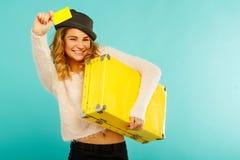 Junge glückliche Frau, die leere Kreditkarte in einer Hand und in Schrei hält Stockbilder