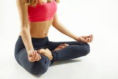 Junge glückliche Frau, die Yoga tut Wellnesskonzept Stockfotos