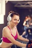 Junge glückliche Frau am Herz Bereich in der Eignungsmitte Stockfotografie