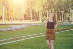 Junge glückliche Frau im Park mit Eiscreme stockbilder