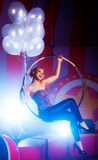 Junge glückliche Frau mit Ballonen stockfoto
