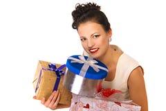 Junge glückliche Frau mit einem Geschenk Stockfoto