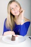 Junge glückliche Frau mit Kuchen lizenzfreies stockbild