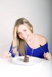 Junge glückliche Frau mit Kuchen lizenzfreie stockbilder