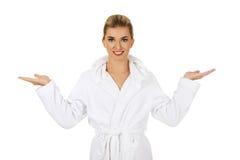 Junge glückliche Frau nach dem Bad, welches das Somathing hält lizenzfreie stockfotos