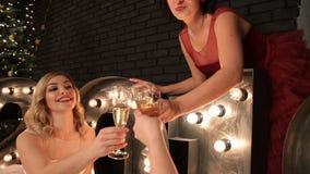 Junge glückliche Frauen mit Champagner stock video