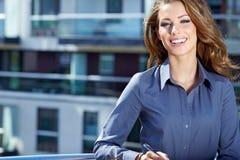 Junge glückliche Frauen oder Student lizenzfreie stockfotos