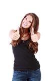 Junge glückliche Frauendaumen oben durch zwei Hände Lizenzfreie Stockbilder