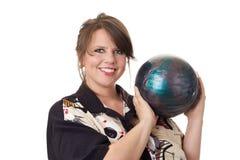 Junge glückliche Frauenholding-Bowlingspielkugel Lizenzfreies Stockbild