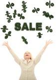 Junge glückliche Geschäftsfrau, die auf Zeichen des Verkaufs 3d schaut lizenzfreie abbildung