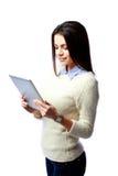 Junge glückliche Geschäftsfrau, die Tablet-Computer verwendet Stockbild