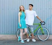 Junge glückliche Hippie-Paare in der Liebe treffen sich und Datierung whis Weinlesefahrrad Recht blonde kaukasische Frau mit ihre Lizenzfreies Stockbild