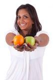 Junge glückliche indische Frau, die Früchte anhält lizenzfreies stockfoto