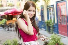 Junge glückliche Jugendliche im städtischen Platz Stockfotos