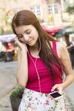 Junge glückliche Jugendliche im städtischen Platz Stockfoto