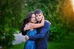 Junge glückliche lächelnde attraktive Paare zusammen draußen Lizenzfreie Stockbilder