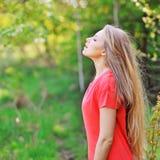Junge glückliche lächelnde Frau, die tiefen Atem tut lizenzfreies stockbild
