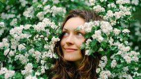 Junge glückliche lächelnde grünäugige Frau mit Blumen Natürliche Schönheit Stockbilder