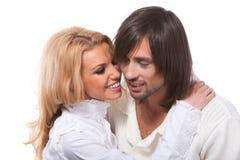 Junge glückliche lächelnde liebevolle Paarunterhaltung Stockfotografie