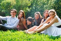 Junge glückliche Leute, die Spaß haben lizenzfreies stockbild