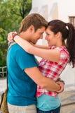 Junge glückliche liebevolle Paare, die draußen flirten Lizenzfreie Stockfotografie