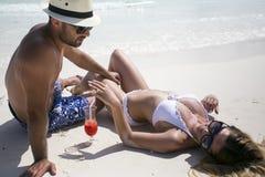 Junge glückliche Liebhaber auf den romantischen Reiseflitterwochen, welche die Sommerferien des Spaßes im Urlaub Romanze haben stockfoto