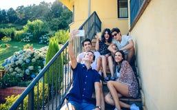 Junge glückliche Menschen, die ein selfie mit Smartphone nehmen Lizenzfreie Stockfotos