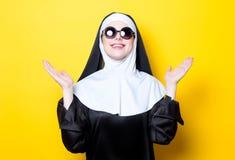 Junge glückliche Nonne mit Sonnenbrille Lizenzfreie Stockfotos
